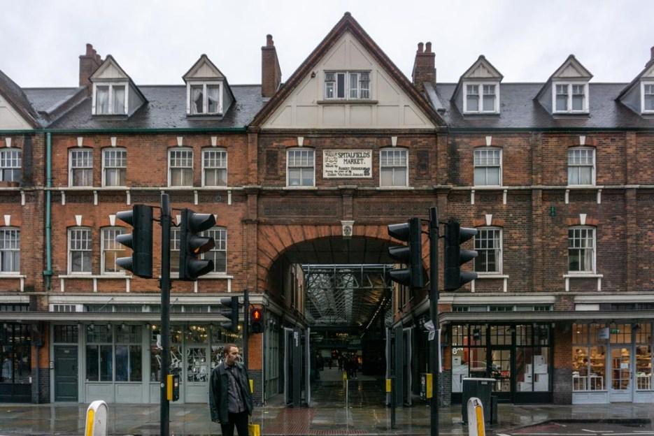 london bei regen old spitafields market