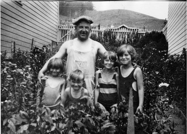 1929c. The garden between 755 and 747 Monterey Blvd. Photo courtesy Jacqueline Proctor.