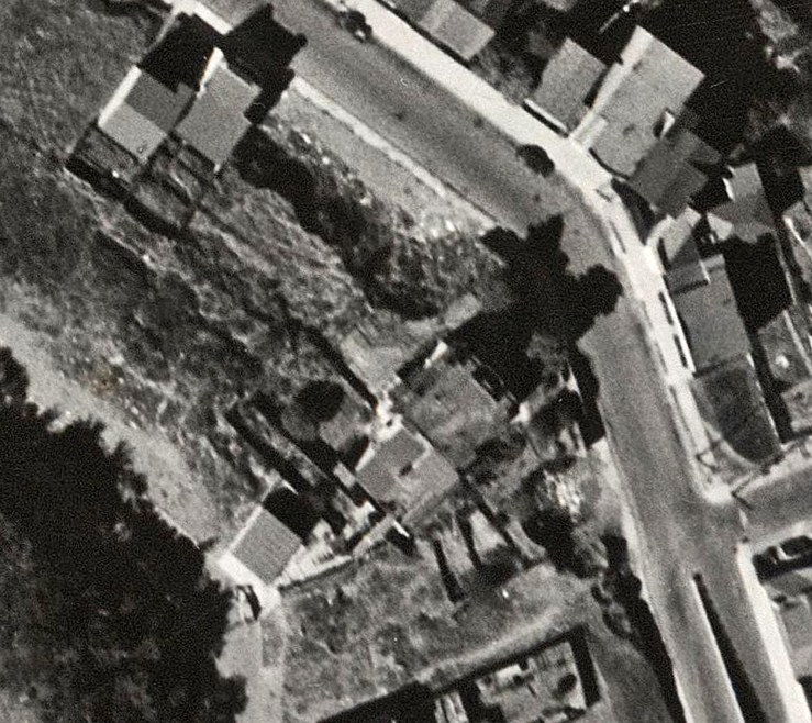 1938 aerial photo of area around the Poole-Bell House. Lots have been subdivided and sold, but only two houses built so far.