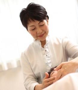 岡山市南区女性専用エステでアロマリンパマッサージの施術を受けています。