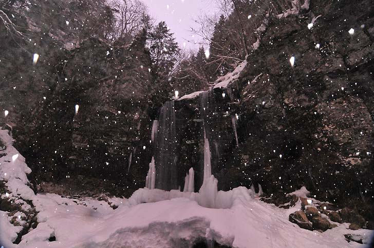 雪の夫婦滝