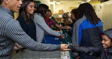 Barack Obama, wife, children distribute food to people to celebrate Thanksgiving