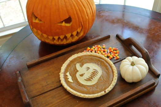 Jack-o'-lantern Pumpkin Pie for Halloween | sunshineandholly.com | jackolantern pie | halloween pie | halloween desserts | easy pie