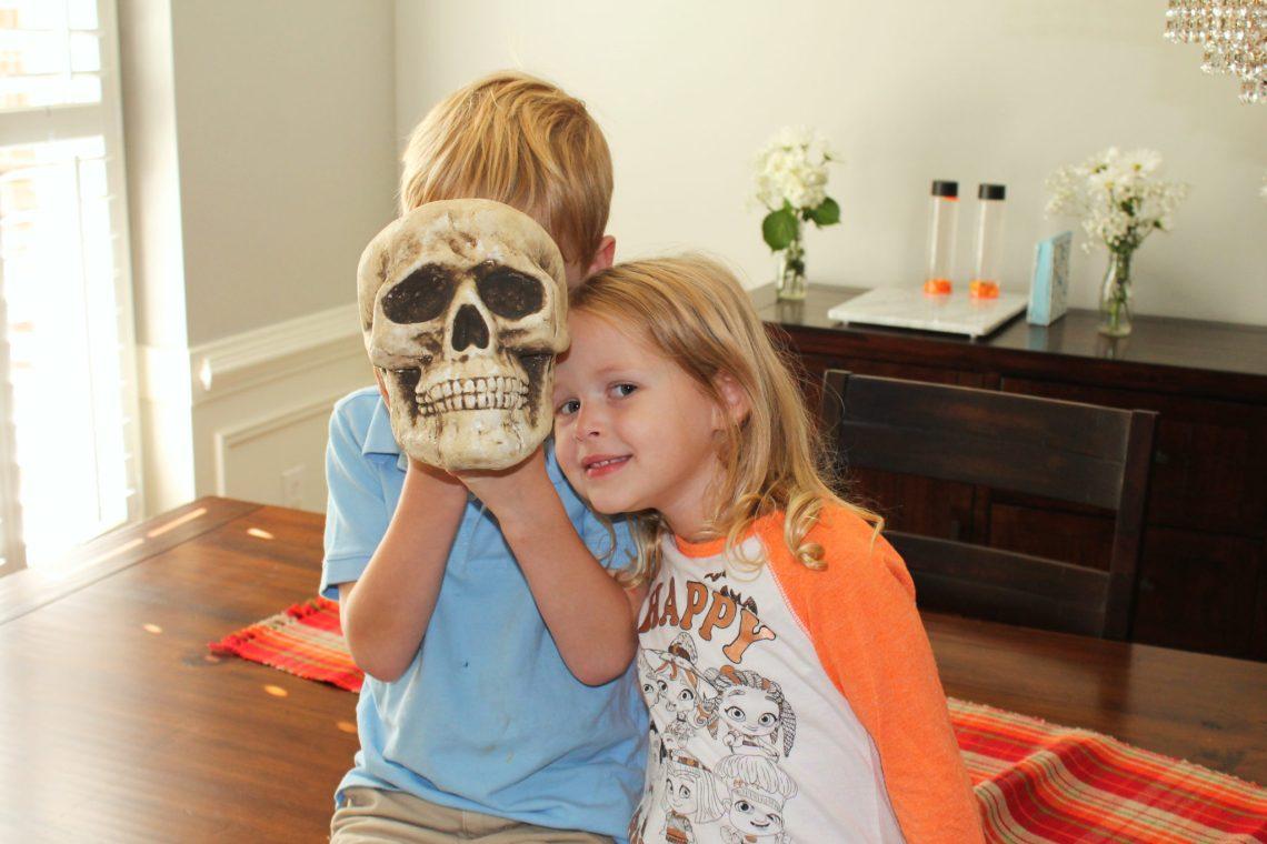 Quick and Easy DIY Halloween Sensory Jars | sunshineandholly.com | kids crafts | sensory bottles | fun Halloween activity