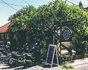 Sunshinestories-Travel-Blog-Bali-Guide-Seminyak-Eating-Staying-Hotel-Restaurant-Bar-Surfing-Uluwatu-Food-Coffe-Café-Kuta-watercress4