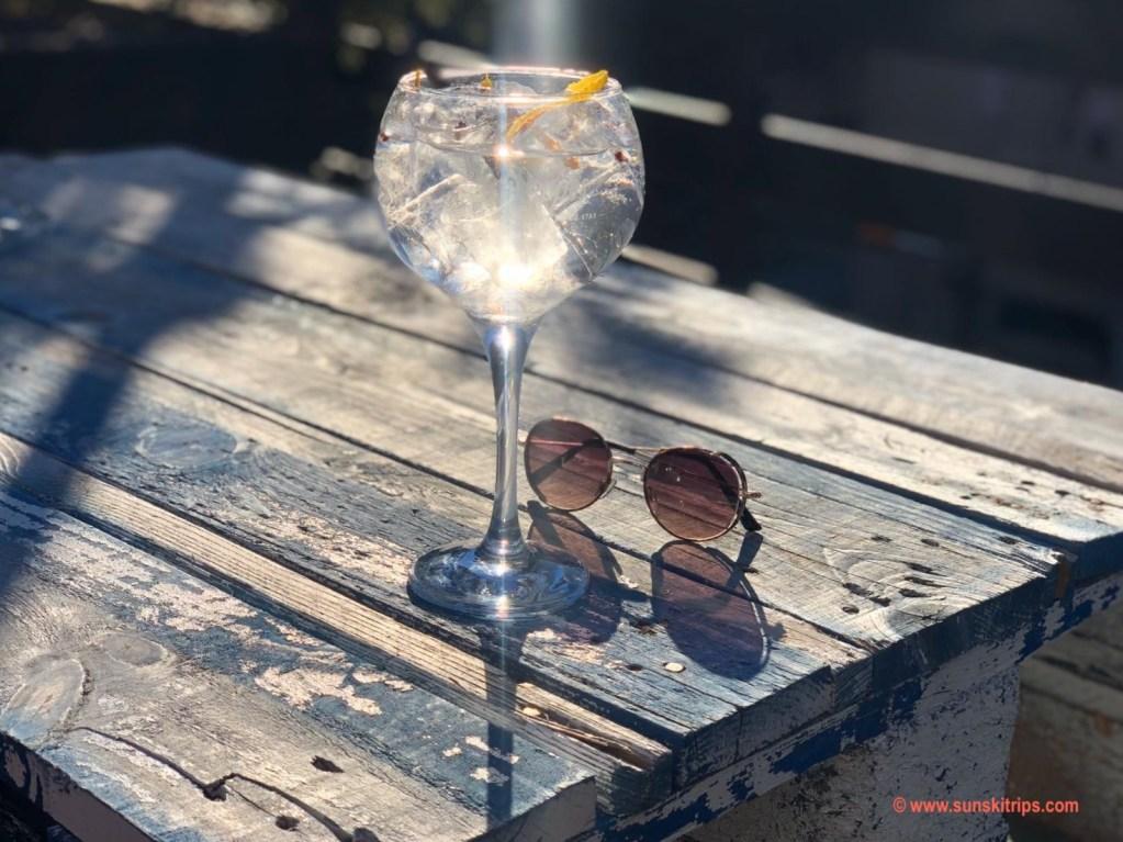 Tus Blanc Terrace. Citadelle Gin Tonic. Cocktail Guide Baqueira (Pyrenees) sunskitrips.com
