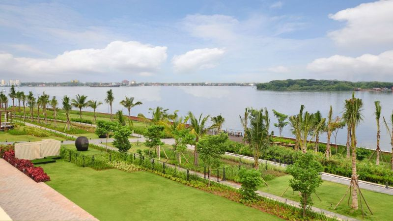 lush green lawns at the grand hyatt kochi