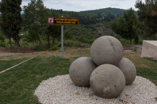 Statue of 5 concrete balls