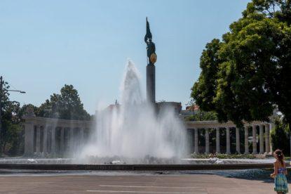 Grandiose water fountain in the city