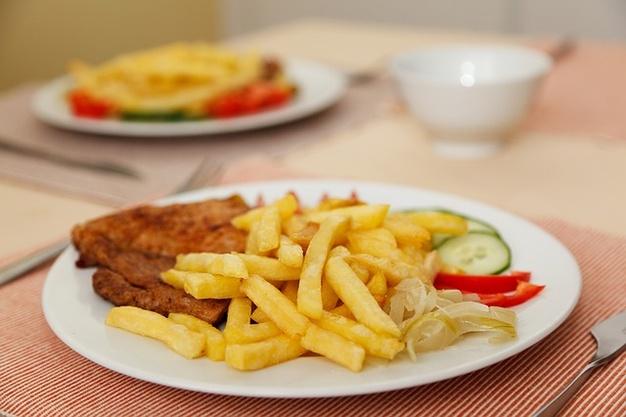 combinatii alimentare, cartofi prajiti cu carne, carne cu cartofi,