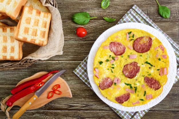 combinatii alimentare nesanatoase, omleta cu branza si carne,