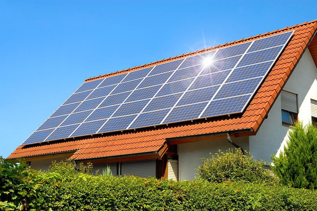 Forskellen mellem hybrid og normal solcelleanlæg - Sunto Aps