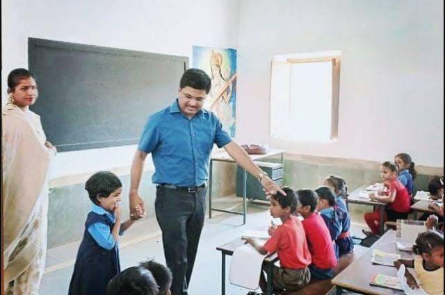 chhattisgarh-kawardha-collector-avneesh-sharan-made-his-daughter-admission-in-government-school-