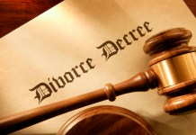 gujarat-news/south-gujarat/judge-advises-for-compromise-husband-drank-poison-in-courtroom