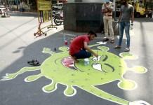 મુંબઈમાં આ આર્ટીસ્ટ માર્ગ પર કોરોના વાઈરસનું એક પેઇન્ટીંગ બનાવી રહ્યો છે, જેથી લોકો આ ઘાતક બીમારી પ્રત્યે વધુ જાગૃત બની શકે