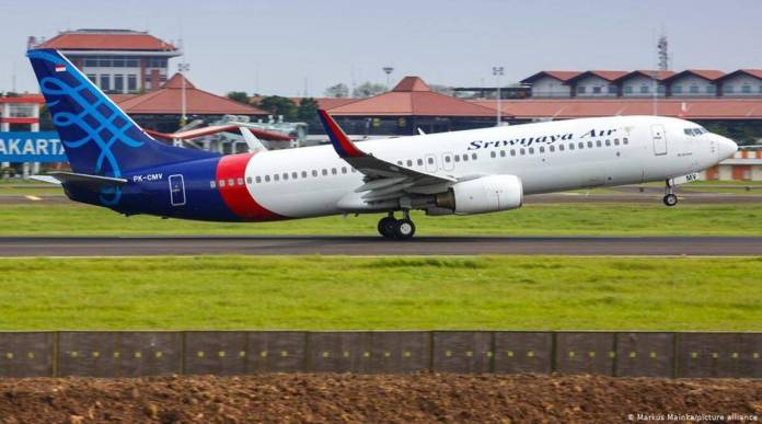 A Sriwijaya Air Boeing 737 has lost contact