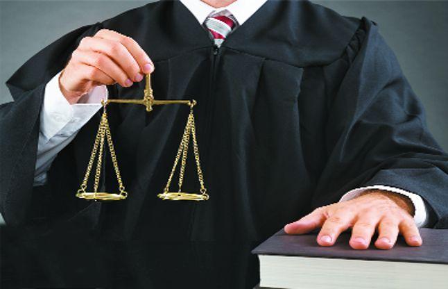 વકીલોનો સામાજિક મોભો હોય છે, જેના કારણે તેઓ કોઇની જોડે હાથ લાંબો કરી શકતા નથી તેમ જ અન્ય ધંધામાં જોડાઈ શકતા નથી બાર એસોશિઅનનાં મેમ્બર, ગુલાબખાન પઠાણ જણાવે છે કે, બાર કાઉન્સિલે છેલ્લા 5 મહિનામાં કોરોનામાં સંક્રિમત થયેલા 2265 વકીલોને 3 કરોડ માંદગી સહાય પેટે ચૂકવ્યા હતા.