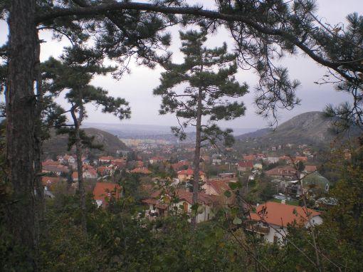 A Kő-hegy és az Odvas-hegy a Nap-hegyről. Középen: Kis-Budaörs