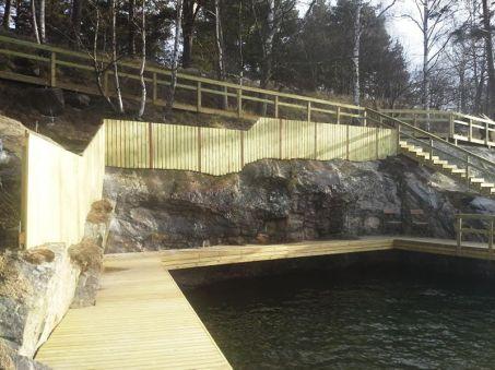 Kalliokylkilaituri, aita ja portaat.