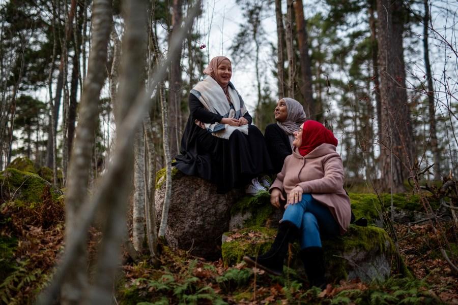 Naiset yrittäjyyskurssilla metsässä lepotauolla