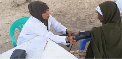 Sairaanhoitaja mittaa potilaalta terveysarvoja.