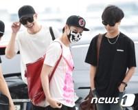 슈퍼주니어 조미, 희철, 예성(왼쪽부터)가 15일 오후 SM 타운 콘서트차 인천국제공항을 통해 인형미모를 뽐내며 일본 오사카로 출국하고 있다.