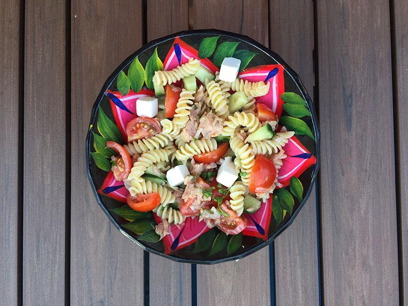 Salade de pâtes au thon, fêta, tomates cerises et concombre
