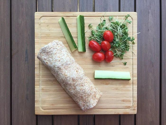 Tortillas au poulet, pousses de brocoli, tomates et concombre