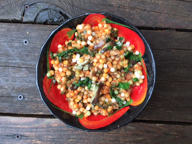 Perles de couscous tricolores à la sauce tomate maison, épinards et shiitake (recette végé)