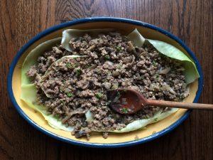 recouvrir le chou avec le mélange de viande et champignons