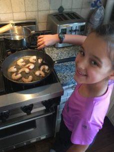 Louison fait cuire les crevettes pour Super BoÎte à Lunch
