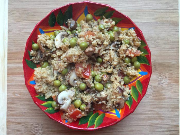 Semoule aux petits pois, champignons, tomate et persil
