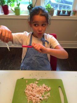 Louison goûte le jambon des croquettes de riz de Super Boîte à Lunch