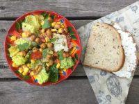 Salade romaine aux maïs et pois chiches et sa tartine pour Super Boîte à Lunch