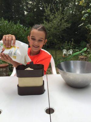 Louison pèse les ingrédients pour Super Boîte à Lunch