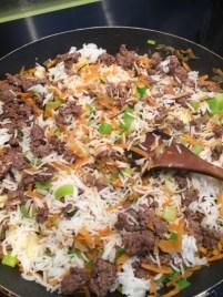 Mélanger les poireaux, carottes, riz et viande hachée de Super Boîte à Lunch