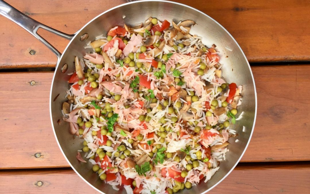 Petits pois au riz, tomates, champignons et jambon