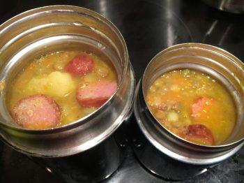 Transvaser la soupe de lentilles dans des thermos chaurds