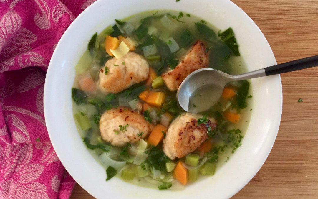 Soupe aux épinards, carottes, poireaux, boulettes de poulet & orzo
