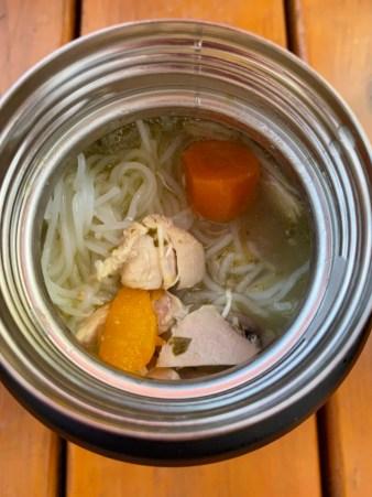 Soupe repas au poulet, nouilles et légumes