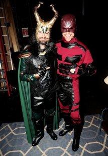 Tom Hiddleston junto a Charlie Cox disfrazados