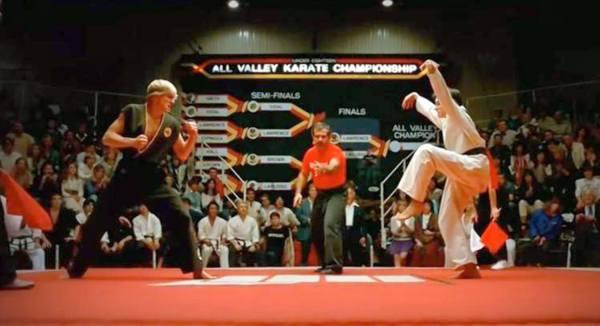 ¿la patada de la grulla de karate kid es ilegal?