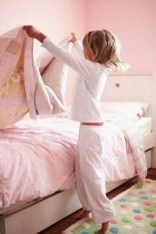 Criança-ajudando-a-arrumar-a-cama1