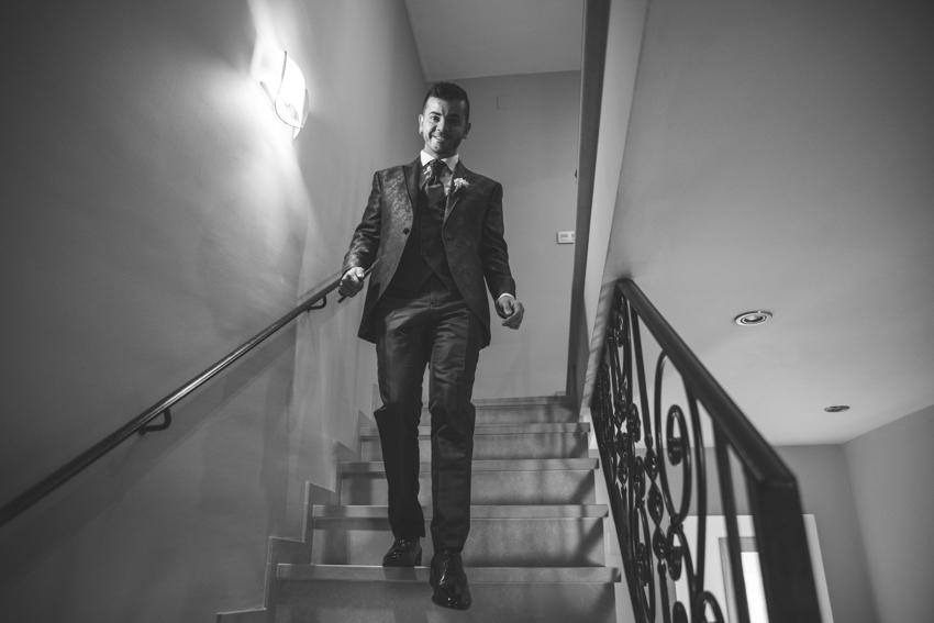 Novio bajando por la escalera, Supercastizo foto y video, Los Villares, Jaen