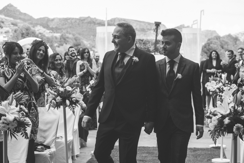 Novios gay entrando de la mano a a su ceremonia civil en el Hotel ACG, Los Villares, Supercastizo foto y video, Jaen
