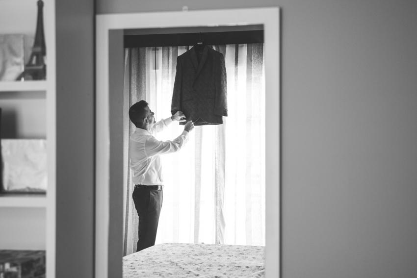 Novio cogiendo el traje de su chaqueta, Supercastizo foto y video, Jaen