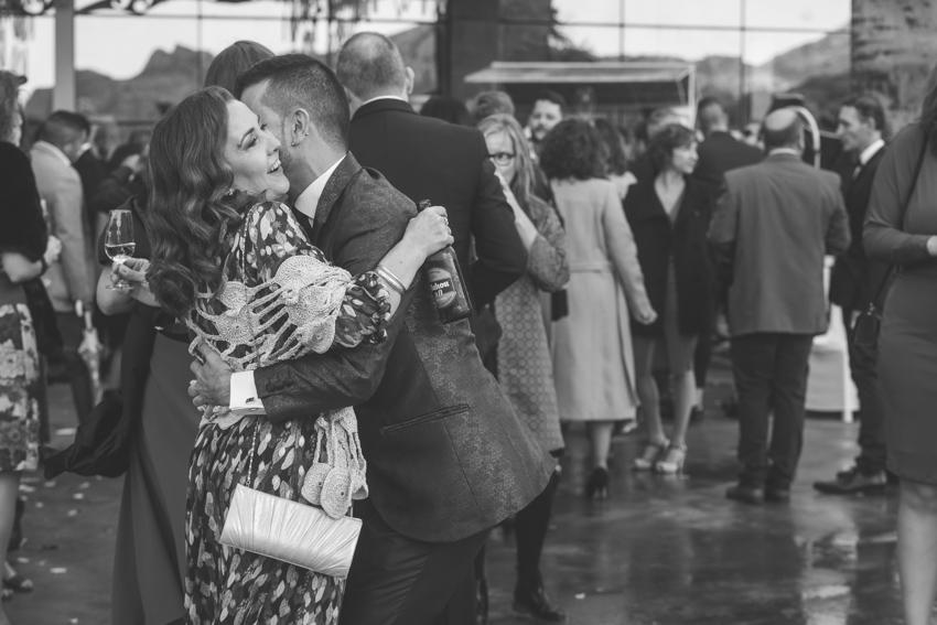 Novio abrazando a una amiga en la copa de espera, boda lgtb, Supercastizo Foto y video, Jaen