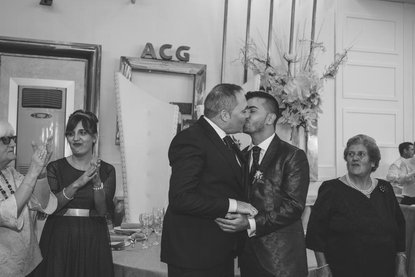 Novios gays besándose a la entrada del convite, boda LGBT, Supercastizo Foto y video, Hotel ACG de los Villares Jaen