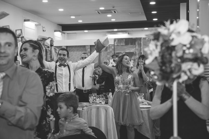 Amigos dando la bienvenida a los novios cuando entran al banquete, en el hotel ACG, Supercastizo foto y video, Los Villares, Jaen