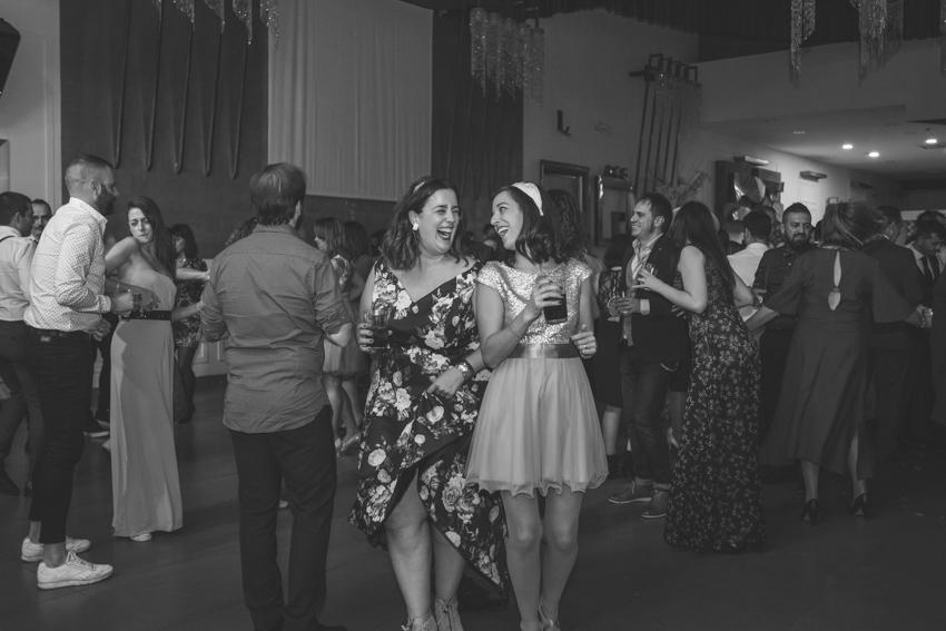 Amigas riendo y bebiendo en una boda, Supercastizo foto y vide, Jaen
